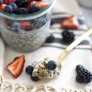 Overnight Oats Chia Pudding with Berries