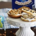 Make memories with your kids in the kitchen this summer when you let them get their hands sticky making these fun DIY S'mores Dessert Pizza Bagels. A unique twist on a traditional summer favorite treat!