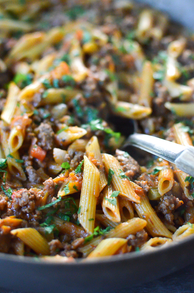 This One-Pan Beef Penne Bolognese recipe is a 30-Minute Meal packed with ground beef, penne pasta, and plenty of delightful vegetables. This dish needs to be on your dinner table tonight!